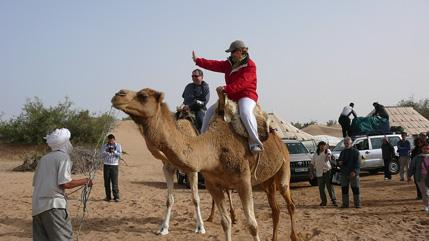 Rosa Maria y Pere Nolla montados en camello