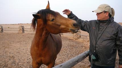 Ramiro con un caballo en el campamento